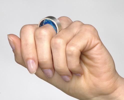 Flexible Ring aus 925er Silber mit blauen Nylon gespannt
