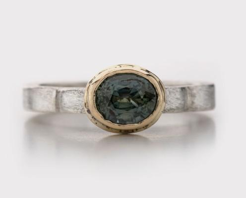 Grüner Saphir in 750er Gelbgold gefasst, Ring aus 925er Silber, gebürstet