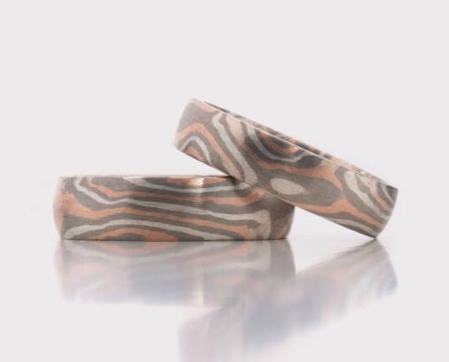 Mokume Gane Trauringe aus 500er Palladium/925er Silber/585er Rotgold mit jeweils 0,5 mm dicken Blechen - Preis: 2560,-€/Paar