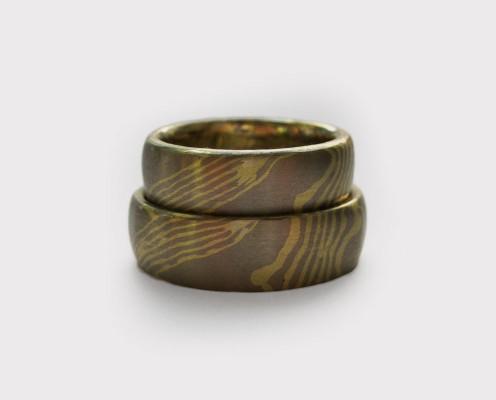 Mokume Gane Trauringe aus Grüngold/Palladium mit Wellenmuster mit jeweils 0,5 mm dicken Blechen - Preis: 3415,-€/Paar