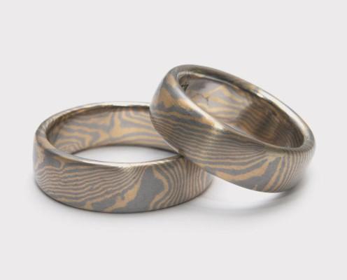 Mokume Gane Trauringe aus 750er Gelbgold/500er Palladium, Wellenmuster mit jeweils 0,3 mm dicken Blechen - Preis: 3365,-€/Paar