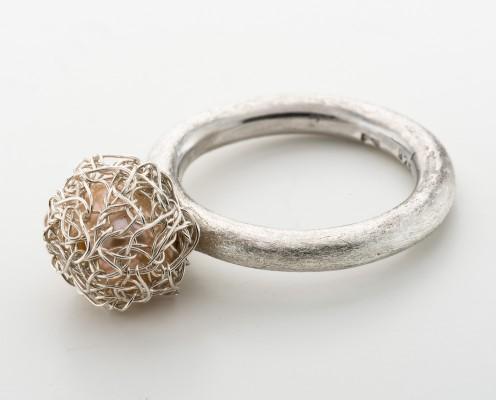 Perlen-Ring aus 925er Silber mit Rosé-Perle, umhäkelt - Preis: 225,-€