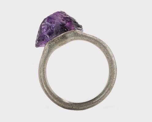 Ring mit einem ungeschliffenen Amethyst in 925er Silber gefasst, bebürstet