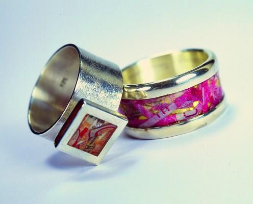 Ringe aus 925er Silber mit geschredderten Geldscheinen in Harz eingebettet