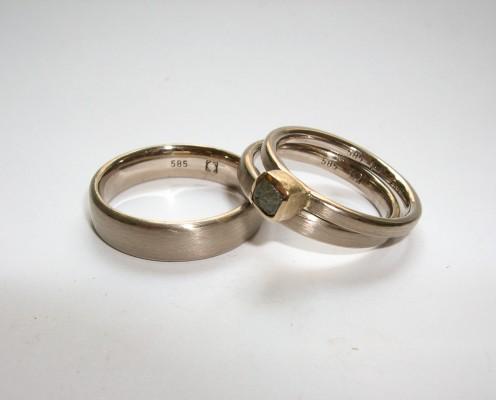 Trauringe aus 585er Weißgold mit Rohdiamant gefasst und mit einem Zusteckring