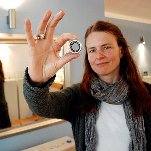 Nane Adam in Ihrem Atelier mit einem Flexible Ring, Foto: Thorsten Büker